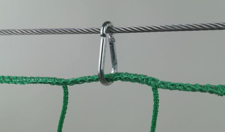 Montage mit Stahlseilen